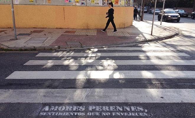 El misterio de los versos en los pasos de cebra llega a Málaga
