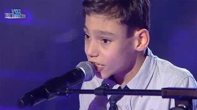 Adrián, el niño cantante de Vélez, no concursará finalmente en 'Levántate'
