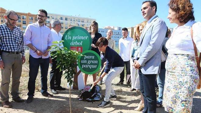Gámez simboliza su apuesta por un gran parque en los terrenos de Repsol plantando un árbol