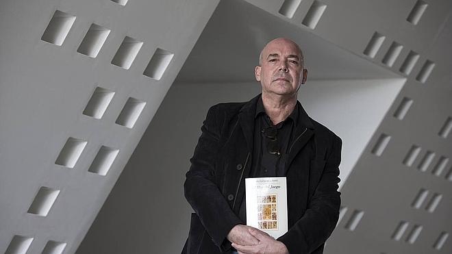 Juan Francisco Ferré: «La literatura tiene la exigencia de enseñarle al lector a no creer»