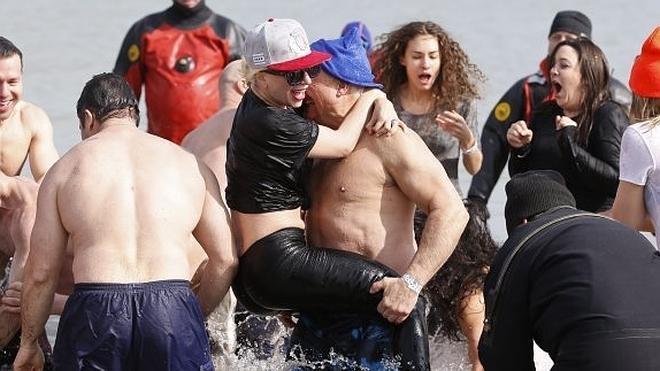 Lady Gaga se da un baño solidario en el lago Michigan, con el agua a dos grados