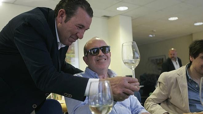 Invidentes participan por primera vez en Málaga en una cata de vino en la ONCE