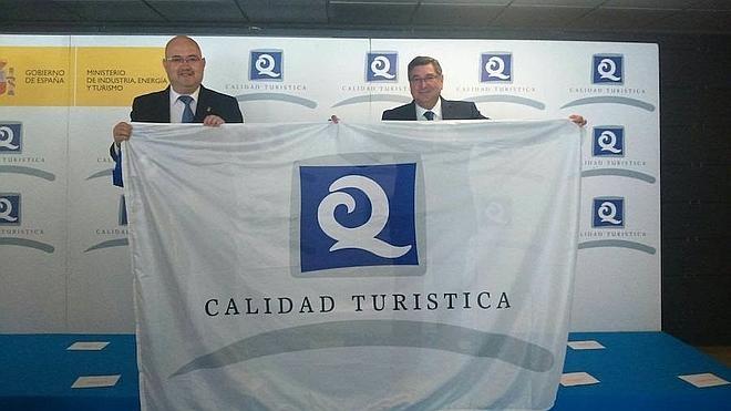 El Ayuntamiento de Vélez recibe las banderas Q de calidad turística de las playas de Benajarafe, Torre del Mar y Caleta de Vélez
