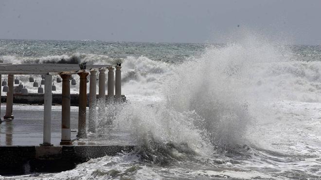 Un nuevo temporal afecta a las playas a un mes del inicio de la temporada de verano en Málaga