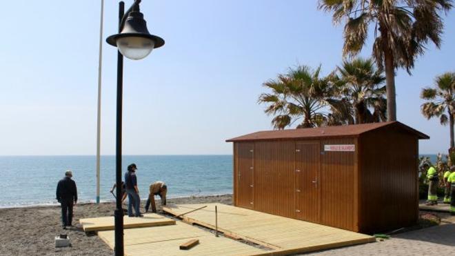 Estepona comienza la instalación de los nuevos módulos de playa y salvamento