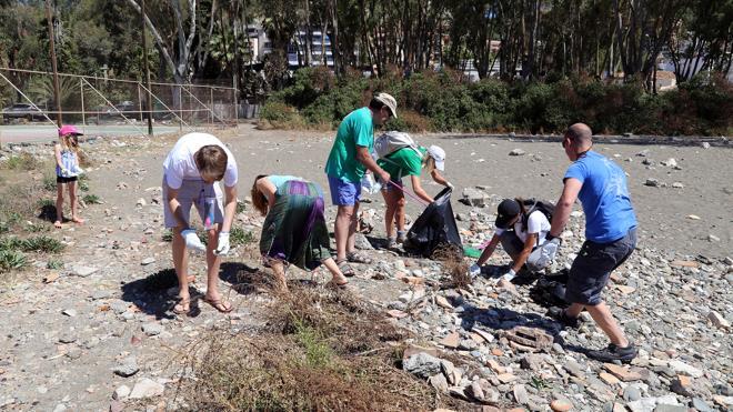 Recogen unos 400 kilos de residuos en la playa de Pedregalejo