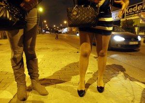 unos vaqueros salvan a unas prostitutas